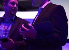 微软高管手握Surface新品