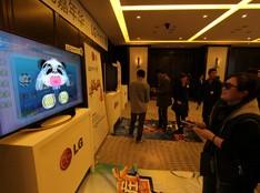 体验会现场网友体验3D体感游戏