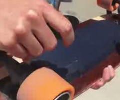 法国帅小伙演示电动滑板车