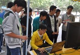 学生现场体验战神电脑