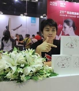 <i>手游与PC电竞交相辉映</i><em><b>SKY李晓峰</b><span>钛度科技的CEO</span></em>
