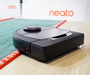 来自美国 Neato扫地机器人进博会炫技