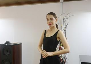 亲密邂逅 性感美女模特助阵惠威展台