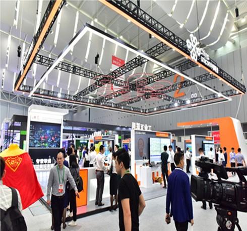 走进中国联通展台 了解产业互联网专家