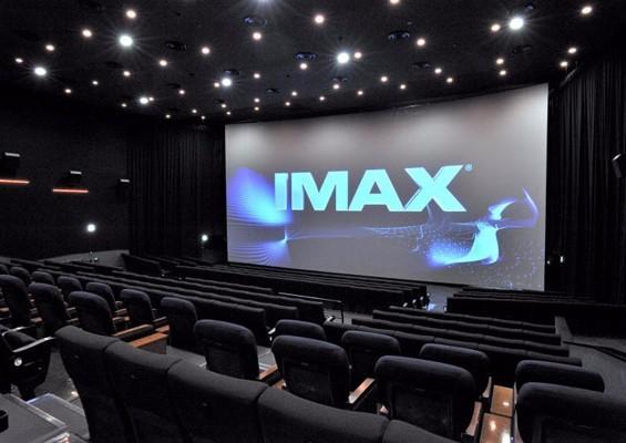 IMAX屏幕标准为22米宽、16米高,比一般屏幕大很多