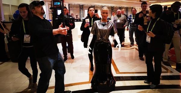 索菲亚机器人,首个被授予身份的机器人