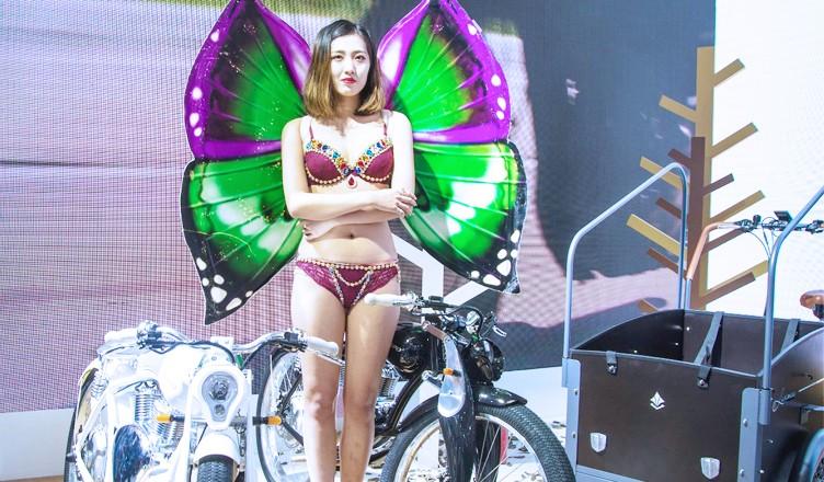 天津电动车展开幕 好车就要有美女来配